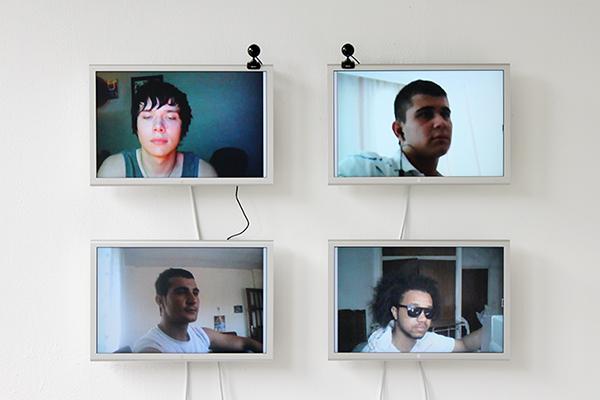 Imagen que muestra cuatro monitores y dos webcams, en ellas aparecen 4 rostros masculinos de personas conectadas a la web chatroulette.com